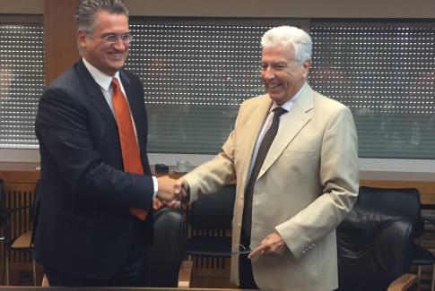 Ο Πρόεδρος και Διευθύνων Σύμβουλος της ΔΕΗ κ. Μανόλης Παναγιωτάκης  και ο Διευθύνων Σύμβουλος της FORTHNET κ. Πάνος Παπαδόπουλος κατά την υπογραφή του Συμφώνου Συνεργασίας των δυο εταιρειών